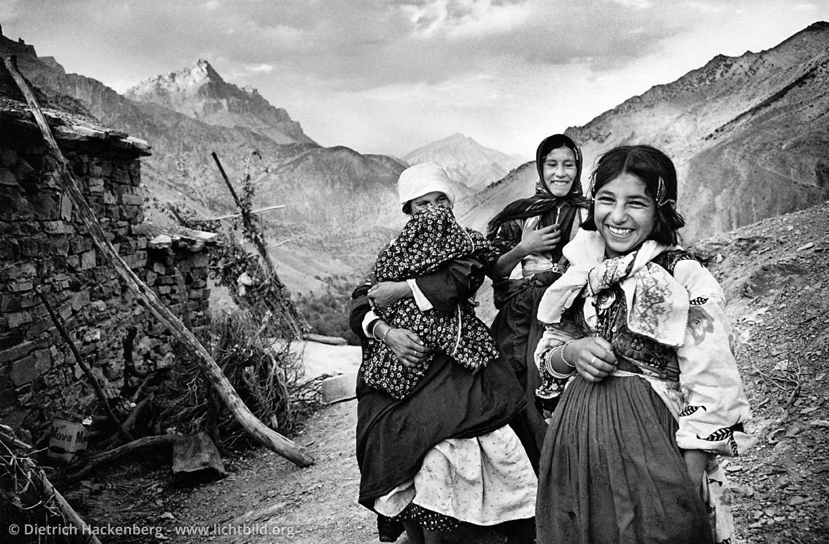 """Frauen aus dem Dorf Yoncali - Yoncali, Provinz Hakkari 1991 - Das Dorf Yoncali gehört zu den ärmsten Dörfern der Provinz Hakkari. Hier wurde der Film """"Eine Saison in Hakkari"""" von Erden Kiral gedreht. - Foto © Dietrich Hackenberg"""
