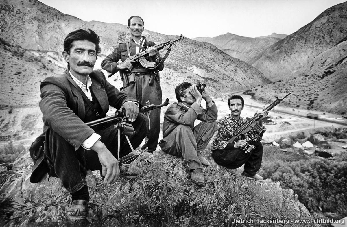 Kurdische Dorfwächter - Provinz Hakkari, Türkei 1991. Bewaffnete Dorfschützer auf einem Berg oberhalb ihres Lagerplatzes an der Strasse nach Hakkari. - Foto © Dietrich Hackenberg