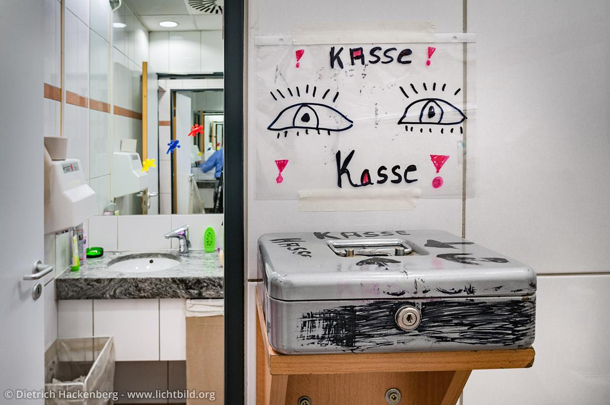 Die Toiletten-Kasse mit selbst gemaltem Hinweisschild. Arbeitsplatz Toilette - Kaufhof Dortmund Foto © Dietrich Hackenberg