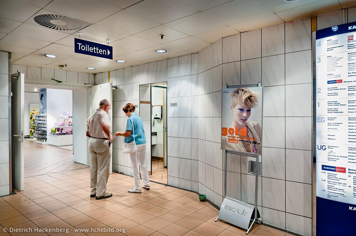 Auf der Suche nach Kleingeld für die Toilette. Arbeitsplatz Toilette - Kaufhof Dortmund - Foto © Dietrich Hackenberg