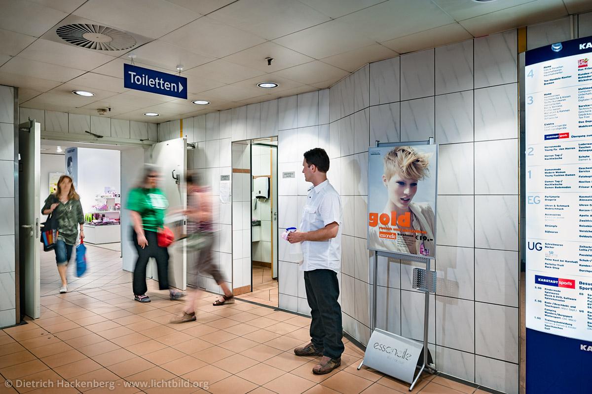 Toilettenmann - Arbeitsplatz Toilette - Kaufhof Dortmund - Foto © Dietrich Hackenberg