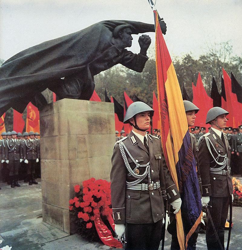 Eine Delegation der nationalen Volksarmee mit der Fahne der Spanischen Republik vor dem Spanienkämpferdenkmal. In: Horst Kühne. Krieg in Spanien 1936-1939. Ostberlin 1986.