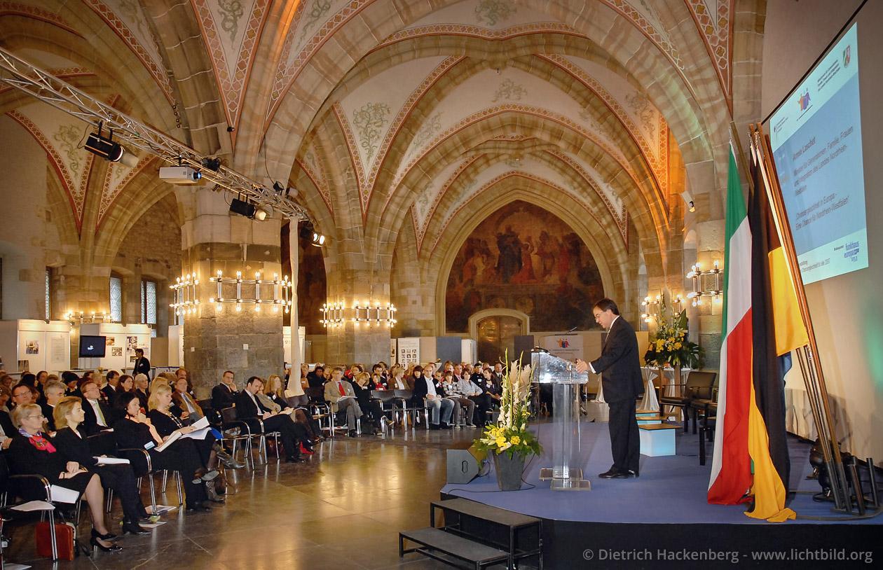 Nationale Abschlussveranstaltung des Europäischen Jahres der Chancengleichheit im Krönungssaal des Aachener Rathauses. © Dietrich Hackenberg