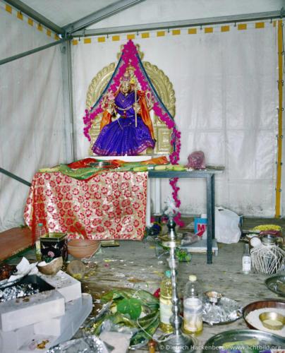 Übereste einer Zeremonie im provisorischen Zelt - Hindutempel, Hamm-Uentrop - Foto © Dietrich Hackenberg