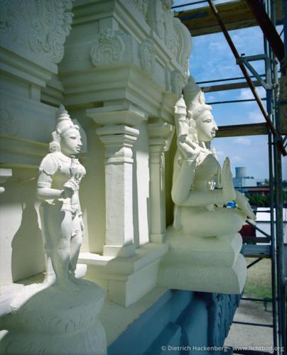 Figuren am grössten der Tempeltürme - Hindutempel, Hamm-Uentrop - Handwerker aus Indien fertigten vor Ort die über 200 Götterfiguren, die den Bau schmücken. Foto © Dietrich Hackenberg