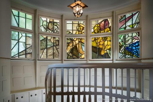 Thorn Prikker Fenster im Treppenaufgang Hohenhof - Am Stirnband, Hagen - Das Thorn-Prikker Fenster im Treppenaufgang zu den Privaträumen zeigt das symbolische Motiv der Verdrängung der Finsternis durch Licht und Farbe. Foto © Dietrich Hackenberg