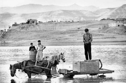 Wasserhändler beim Gebet im Tigris, Türkei 1991 - Foto © Dietrich Hackenberg