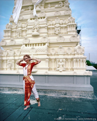 Tempeltänzerin vor dem Hauptturm - Hindutempel, Hamm-Uentrop - Deutsche Tempeltänzerin in traditioneller indischer Kleidung, die bei der Einweihungszeremonie auf dem Dach des Tempels tanzt - Foto © Dietrich Hackenberg