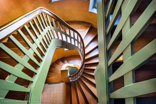 Jugendstil Treppenhaus im Hohenhof - Am Stirnband, Hagen - In elegantem Schwung führt die vom Architekten van de Velde entworfene Treppe zu den Privaträumen in der oberen Etage. Foto © Dietrich Hackenberg
