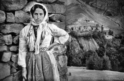 Mädchen aus dem Dorf Yoncali - Yoncali, Provinz Hakkari, Türkei 1991 - Im Hintergrund Steinhäuser gebaut in der ursprünglichen Architektur der Region. Foto © Dietrich Hackenberg