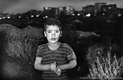 Kurdisches Mädchen am Stadtrand von Diyarbakir, Türkei 1991. Foto © Dietrich Hackenberg