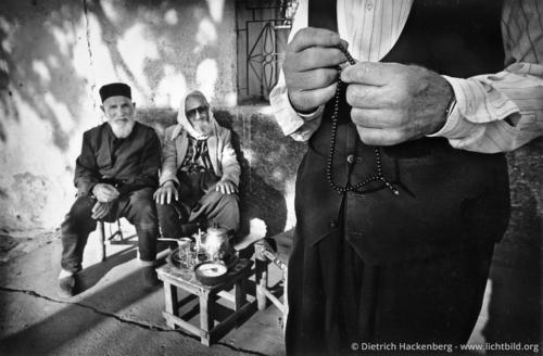 Tee trinkende Greise - Diyarbakir, Türkei 1991 - Foto © Dietrich Hackenberg