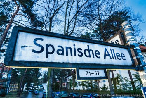 """Strassenschild """"Spanische Allee"""" - Spanische Allee/ Ecke Breisgauer Straße, 14129 Berlin-Zehlendorf - Nach Rückkehr der """"Legion Condor"""" aus dem Spanischen Bürgerkrieg 1939 benannten die Nationalsozialisten die """"Wannseestrasse"""" in """"Spanische Allee"""" um. 1998 wurde in der Nähe der """"Gernika-Platz"""" eingeweiht, um der Bombardierung der baskischen Stadt durch die deutsche Fliegerstaffel mahnend zu gedenken. Foto © Dietrich Hackenberg"""