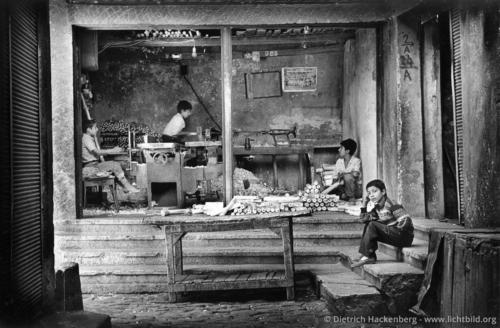 Kinderarbeit in einer Drechslerei - Diyarbakir, Türkei 1991 - Kurdische Jugendliche beginnen normalerweise spätestens mit 12 Jahren zu arbeiten um sich am Lebensunterhalt für die Familie zu beteiligen. Häufig müssen sie sich schon vorher als Schuhputzer und Zigarettenverkäufer verdingen, um sich einige Lira zu verdienen. - Foto © Dietrich Hackenberg