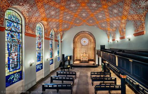 Altkatholische-Friedenskirche - Kirchenschiff - Essen - Die Ausmalung des Kirchsaals und die Mosaik-Auskleidung des Altarraums hat der niederländische Künstler Jan Thorn Prikker entworfen. Foto © Dietrich Hackenberg