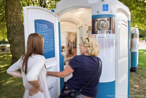 """Zwei Besucherinnen besichtigen das Themenklo """"Arbeitsplatz: Klo"""" - Ausstellung BESETZT im Niederrhein-Stadion Oberhausen - Foto © Dietrich Hackenberg"""