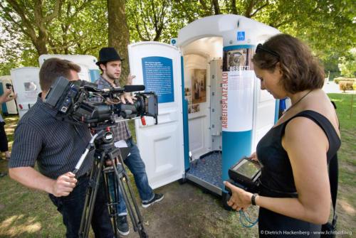 Filmteam vor Toilettenhäuschen - Ausstellung BESETZT im Niederrhein-Stadion Oberhausen - Foto © Dietrich Hackenberg
