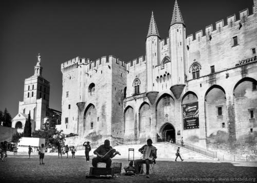 """Papstpalast Avignon, Frankreich. Musiker vor dem Papstpalast. Der """"Palais des Papes"""" war zwischen 1335 und 1430 die Residenz verschiedener Päpste und Gegenpäpste. Foto © Dietrich Hackenberg"""