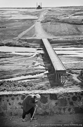 Brücke und Moschee im Bau - Diyarbakir, Türkei 1991 - Foto © Dietrich Hackenberg
