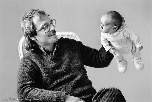 Fliegender Willi - Vater hält Baby am ausgestreckten Arm - Foto © Dietrich Hackenberg