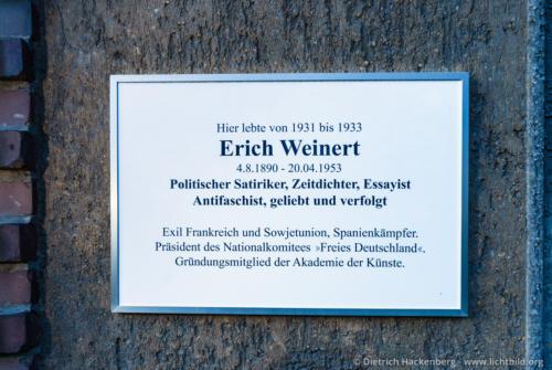 Gedenktafel für Erich Weinert in der Künstlerkolonie - Kreuznacher Straße 34, 14197 Berlin - Wilmersdorf - Weinert von 1937 bis 1939 Mitglied der Internationalen Brigaden im Spanischen Bürgerkrieg, war dort als Frontberichterstatter tätig. © Foto Dietrich Hackenberg