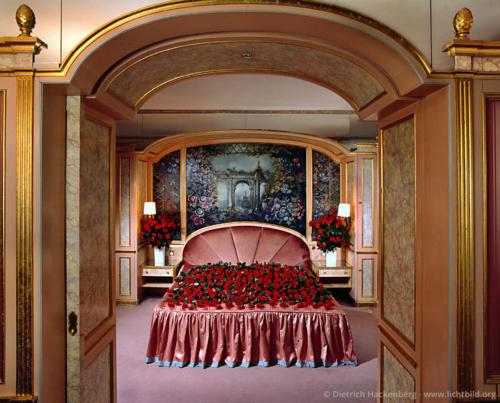 """Hotelzimmer - Düsseldorf - Mit Rosen bedecktes Bett fotografiert für den Kalender """"Verliebte Zimmer"""" erschienen im teNeues Verlag. Foto © Dietrich Hackenberg"""