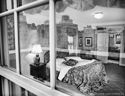 """Hotelzimmer mit Spiegelung im Fenster - New York - Fotografiert für den Kalender """"Verliebte Zimmer"""" erschienen im teNeues Verlag. Foto © Dietrich Hackenberg"""