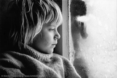 Lisa am vereisten Fenster - Rheinland - Foto © Dietrich Hackenberg