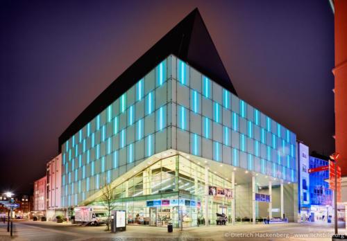 Das Konzerthaus bei Nacht - Brückstraßenviertel, Dortmund - Die Ätzglasfassaden werden bei Veranstaltungen mit LED-Leuchten farbig beleuchtet. Foto © Dietrich Hackenberg