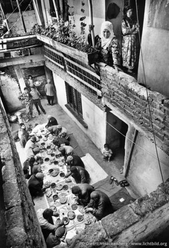 Hochzeitsessen unter Männern - Diyarbakir, Türkei 1991 - Foto © Dietrich Hackenberg