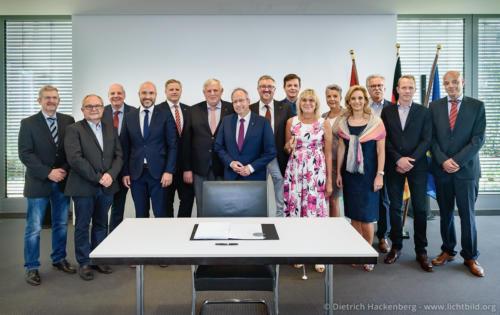 Gruppe der Unterzeichner mit Minister - Ministerium für Arbeit, Gesundheit und Soziales NRW, Düsseldorf - Unterzeichnung des Landesrahmenvertrages zur Umsetzung des Bundesteilhabegesetzes - Foto © Dietrich Hackenberg