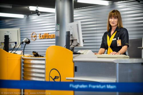 Lufthansa - Checkin-Schalter - Flughafen Frankfurt am Main Plakataktion ver.di - Foto © Dietrich Hackenberg