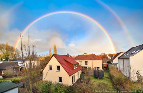 Regenbogen über Wohngebiet - Dortmund - Foto © Dietrich Hackenberg