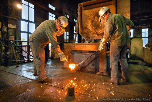 Stahlwerk Proben ziehen - Stahlwerk - Foto © Dietrich Hackenberg