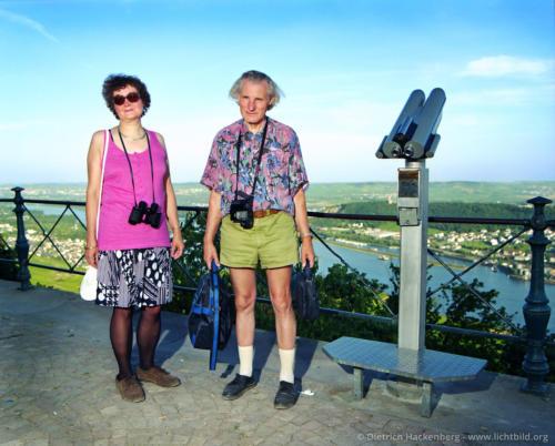 Touristenpaar an Fernrohr - Rüdesheim am Rhein Plattform unterhalb der Germania - Foto © Dietrich Hackenberg