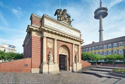 Berliner Tor mit Fernsehturm Wesel - Foto © Dietrich Hackenberg